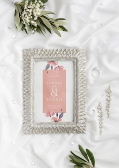 Vista superior surtido de elementos de boda con maqueta de marco