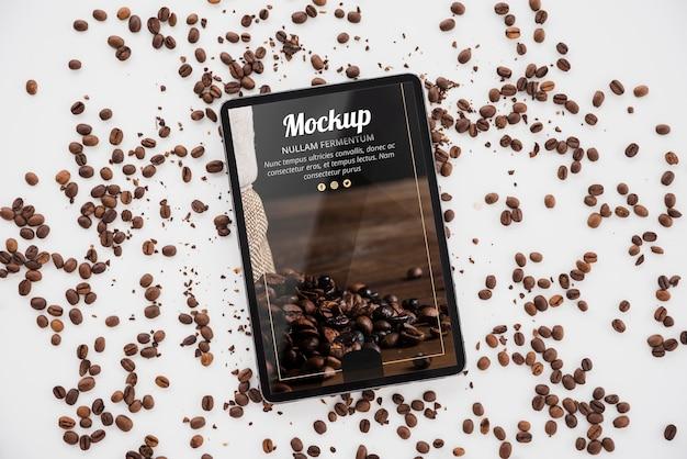 Vista superior de la tableta con granos de café.