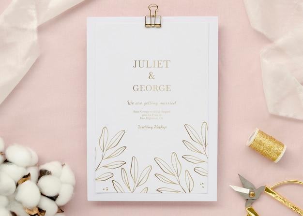 Vista superior de la tarjeta de boda con algodón e hilo