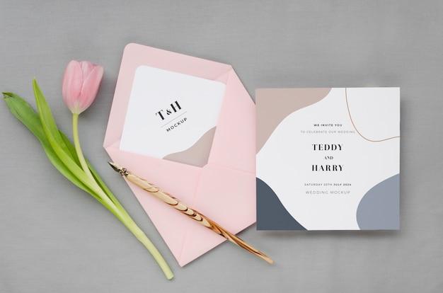 Vista superior de la tarjeta de boda con bolígrafo y tulipán