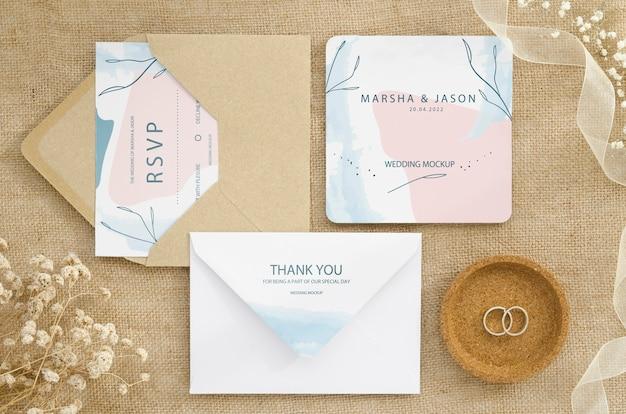 Vista superior de la tarjeta de boda con flores y anillos