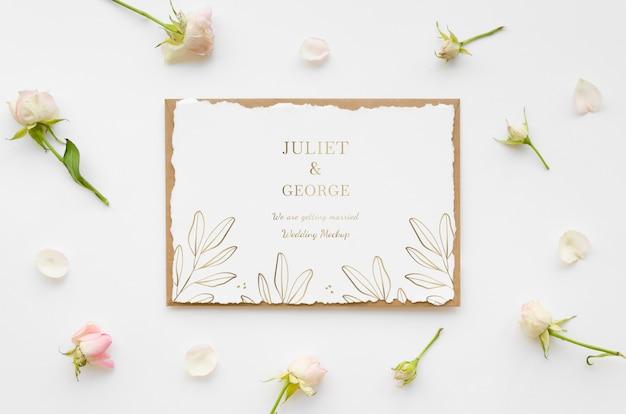 Vista superior de la tarjeta de boda con flores