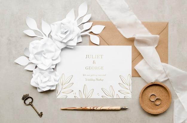 Vista superior de la tarjeta de boda con llave y bolígrafo