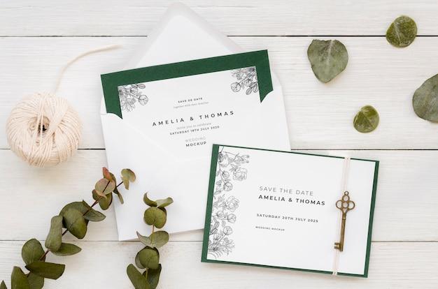 Vista superior de la tarjeta de boda con llave y cuerda