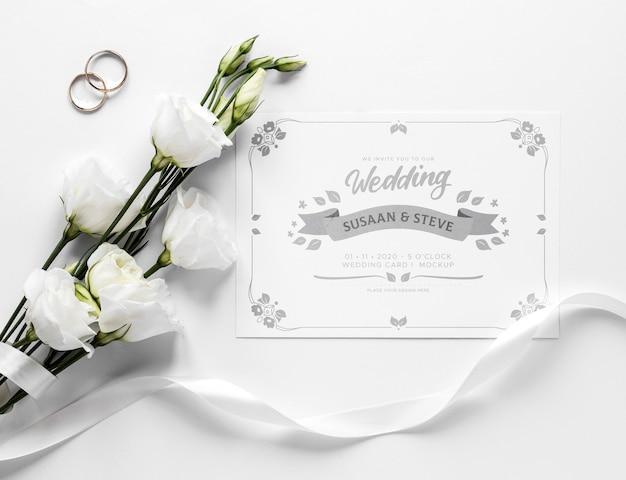 Vista superior de la tarjeta de boda con rosas y cinta