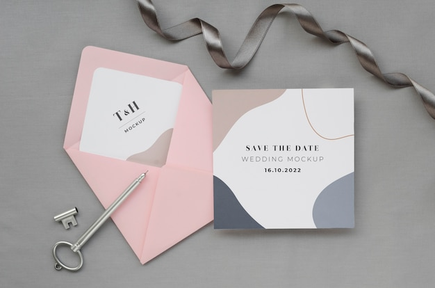 Vista superior de la tarjeta de boda con sobre y llave