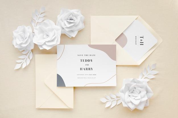 Vista superior de la tarjeta de boda con sobres y flores de papel