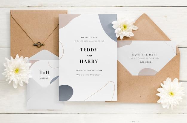 Vista superior de la tarjeta de boda con sobres y flores.