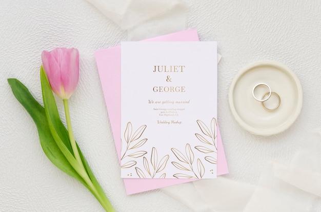 Vista superior de la tarjeta de boda con tulipán y anillos
