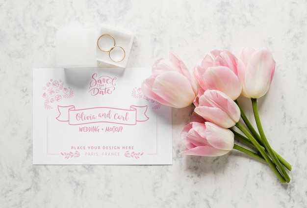 Vista superior de la tarjeta de boda con tulipanes y anillos
