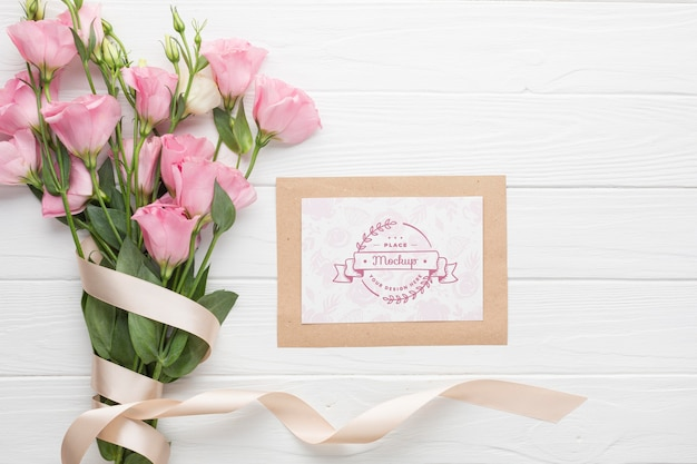Vista superior de la tarjeta con rosas rosadas
