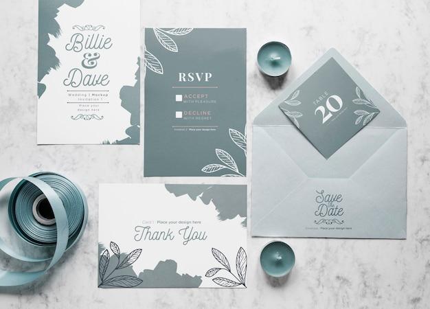 Vista superior de tarjetas de boda con sobre y velas