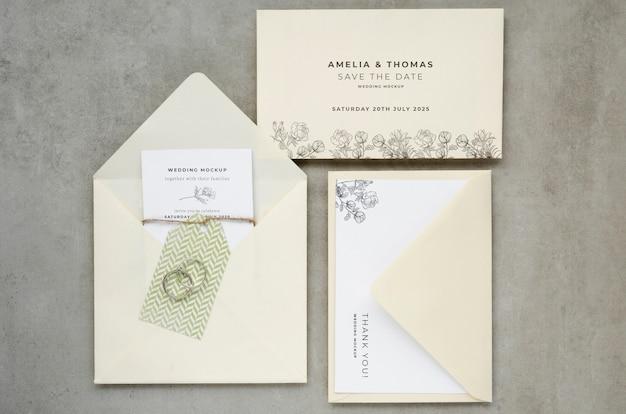 Vista superior de tarjetas de boda con sobres