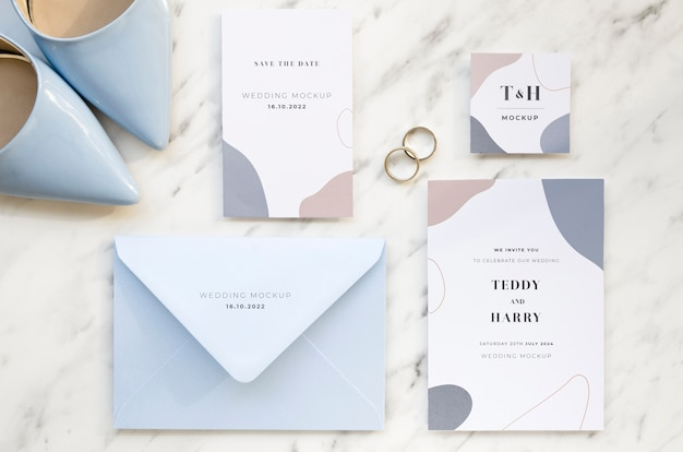 Vista superior de tarjetas de boda con zapatos y anillos.