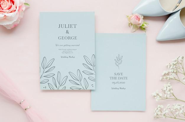 Vista superior de tarjetas de boda con zapatos y rosas