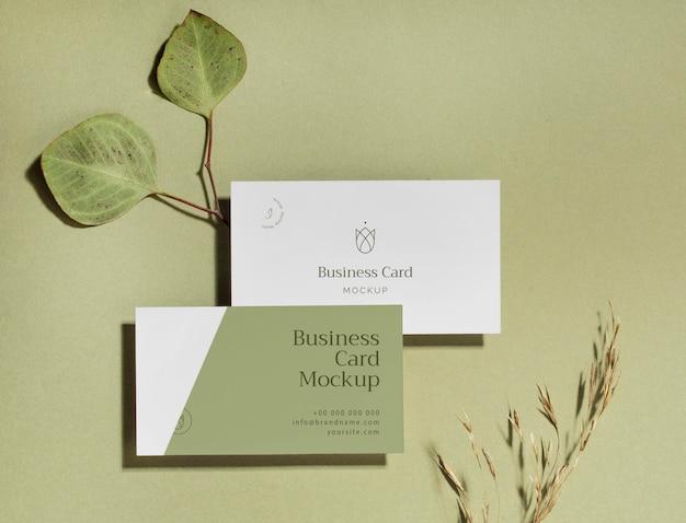 Vista superior de tarjetas de visita con hojas.
