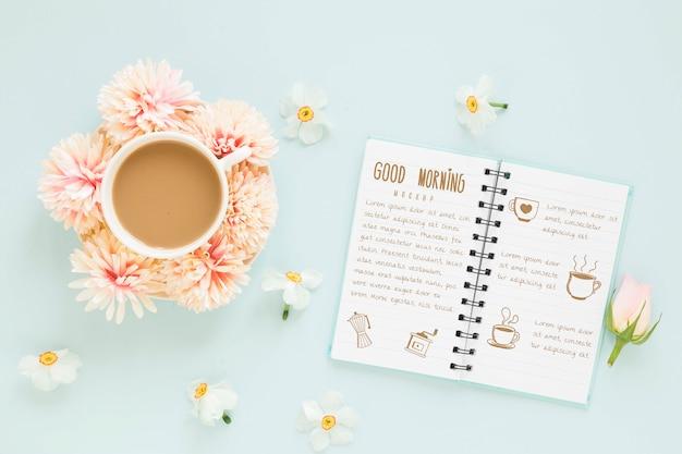 Vista superior taza de café con flores.