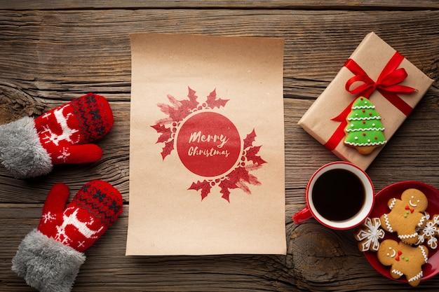 Vista superior taza de café con pan de jengibre y cajas de regalo