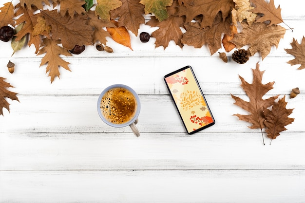 Vista superior de la taza de café con teléfono inteligente