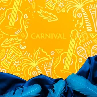 Vista superior de tela y plumas para carnaval
