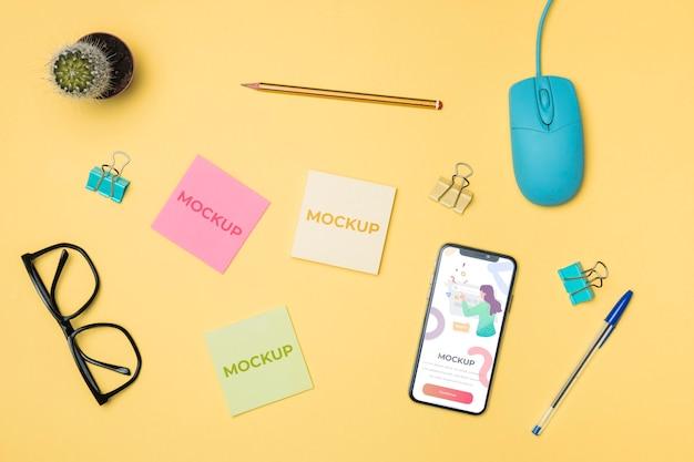 Vista superior de teléfono móvil y maqueta de post-it