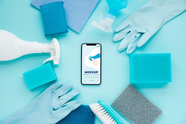 Vista superior de teléfonos inteligentes y soluciones de limpieza