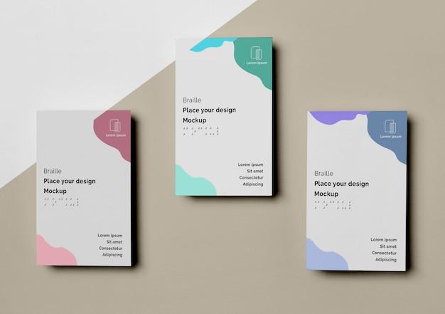 Vista superior de tres tarjetas de visita con diseño braille