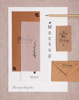 Vista superior de varios sobres y papel de papelería