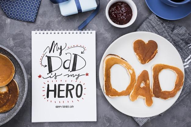 Vista superiore del blocco note con i pancake sul piatto per la festa del papà