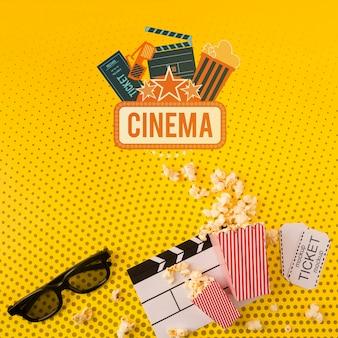 Vista superiore del popcorn del cinema e di vetro 3d
