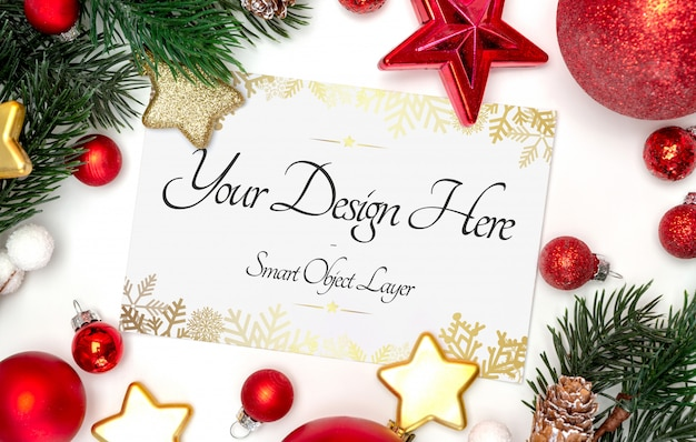 Vista de una tarjeta de navidad y maqueta de decoraciones