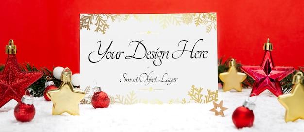 Vista de una tarjeta navideña y maqueta de decoraciones