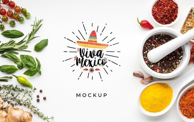 Viva mexico-model omringd door kruiden en specerijen