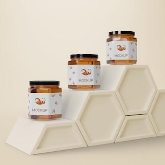Vloeibare honing in potten op tafel