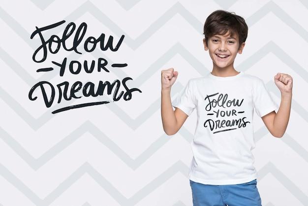 Volg je dromen jonge schattige jongen mock-up