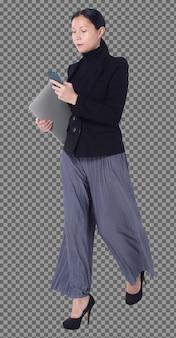 Volledige lengte figuur van 40s 50s aziatische lgbtqia+ vrouw zwart haar pak broek en schoenen, wandelende telefoon. vrouw gebruikt slimme telefoon, notebook en loopt naar de controle over een witte achtergrond geïsoleerd