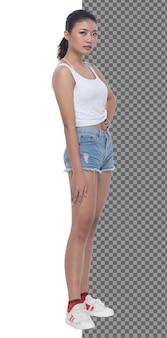 Volledige lengte tiener 15s 20s aziatische meisje draagt vest jurk en korte jeans broek sneaker, geïsoleerd. slanke gezonde vrouw staat en post zelfverzekerde blik op camera, studio witte achtergrond