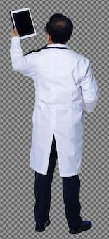 Volledige lengte van 60s 50s aziatische oudere doktersman draagt patiënt digitale tabletgrafiek, stethoscoopwandeling. senior medische mannelijke laboratoriumjas staat en detail over witte achtergrond geïsoleerd, achterzijde achteraanzicht