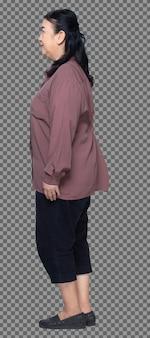 Volledige lengte van 60s 70s oudere aziatische vrouw zwart haar paars shirt, standaard en vet slim, geïsoleerd. senior grootmoeder staande en draait voorzijde achterzijde achteraanzicht over witte achtergrond geïsoleerd
