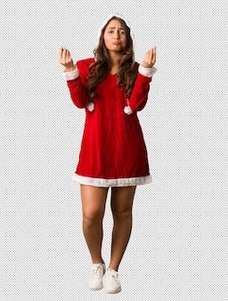 Volledige lichaam jonge curvy vrouw die van de kerstman een gebaar van behoefte doet