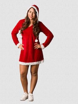 Volledige lichaam jonge curvy vrouw van kerstmis met handen op heupen