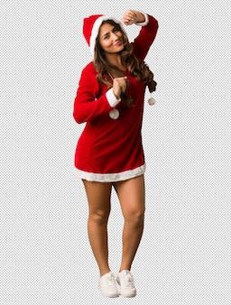 Volledige lichaam jonge santa curvy vrouw dansen en plezier hebben