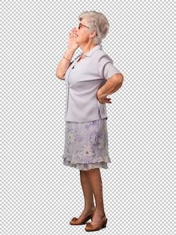 Volledige lichaams hogere vrouw die boos, uitdrukking van waanzin en geestelijke instabiliteit, open mond en halfopen ogen, waanzinconcept gillen