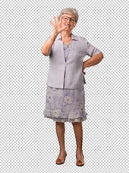Volledige lichaams hogere vrouw die nummer vijf, symbool van het tellen, concept wiskunde, zeker en vrolijk tonen