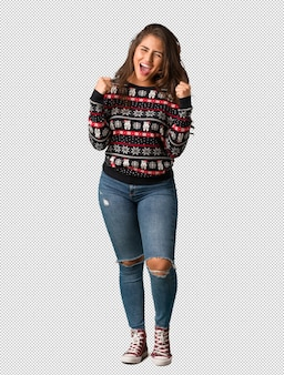 Volledige lichaams jonge vrouw die kerstmis jersey draagt die zeer boos en agressief gilt