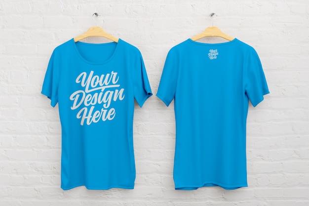 Voor- en achterkant t-shirtmodel op een witte bakstenen achtergrond