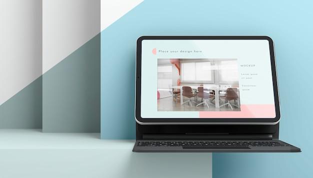 Vooraanzicht assortiment met tablet en toetsenbord bevestigd