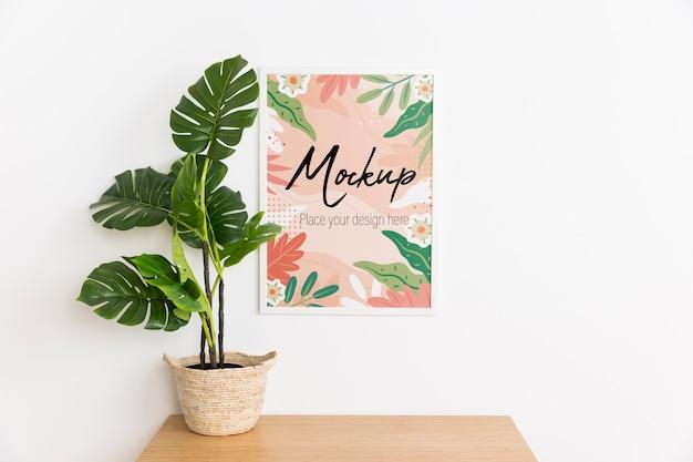 Vooraanzicht binnen arrangement met mock-up frame en plant