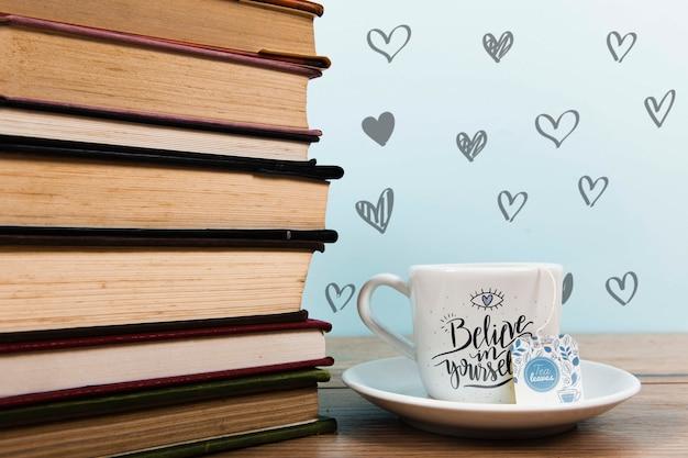Vooraanzicht kopje koffie met label en stapel boeken