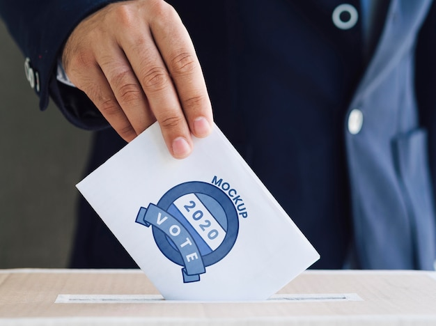 Vooraanzicht man stembiljet mock-up aanbrengend doos
